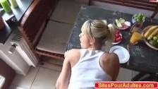 Jovencita empotrada en la cocina